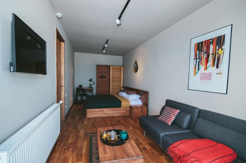 A hotel nemcsak kívülről, de belülről is a minimalista stílust követi, ám ennek ellenére is biztosítja a vendégek minden kényelmét. A szobákban csakis azok hosszúkás formája emlékeztet arra, hogy valójában konténerekből áll az épület.