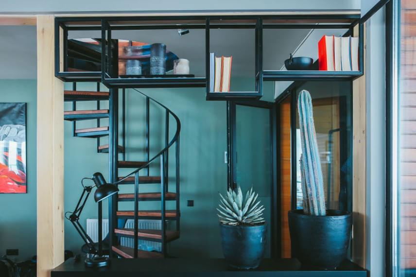 Mivel a konténerek nem biztosítanak túlzottan tágas helyet, a hotel berendezése bővelkedik okos, trükkös, helytakarékos megoldásokban, melyeknek köszönhetően nagyon jól sikerül leplezni a kicsi belső teret.