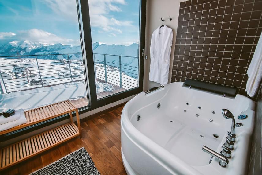 A Quadrum hotelben ugyan a kényelemből sincsen hiány, mégis az egyik legjobb szolgáltatás valószínűleg a mesebelien gyönyörű kilátás. Tudj meg többet a szállodáról saját honlapjukon!