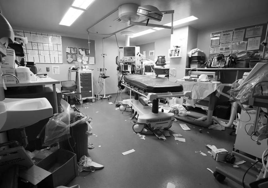 Ez a fotó egy műtőről készült közvetlenül egy ember újraélesztése után: a földön szanaszét szóródott tárgyak és eszközök hihetetlen erővel képesek szemléltetni azokat a gyors és józan döntéseket, amikben semmi más nem számít, csak az élet.