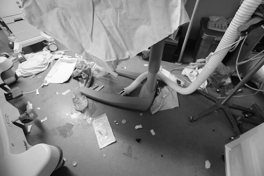 Az újraélesztésben részt vevő csapat az okozott rendetlenségről és piszokról tudomást sem vehet egészen addig, amíg nem bizonyosodott meg arról, hogy a beteg állapota stabil.