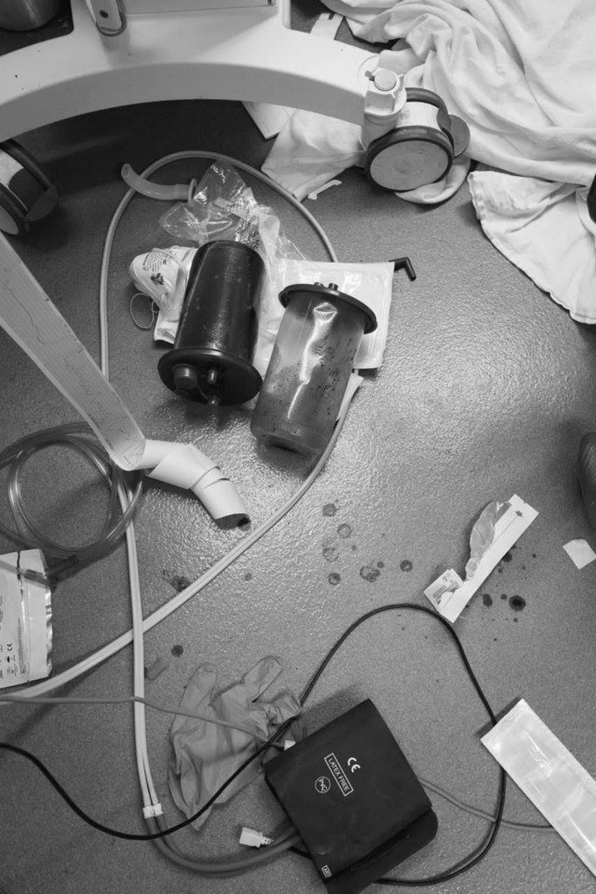 A feszített tempóban gyakran előfordul az is, hogy az egyébként értékes gépek a padlón landolnak. Nem nyúlnak érte: az életveszélyben az ember első, minden más csak utána következik.