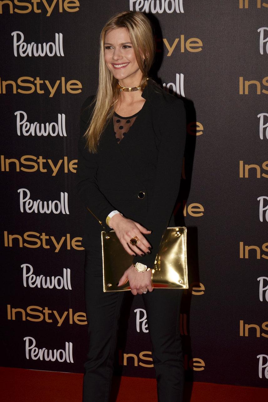 A sötét öltözetet Fanni egy aranyszínű Cango&Rinaldi levéltáskával és ékszerekkel dobta fel.