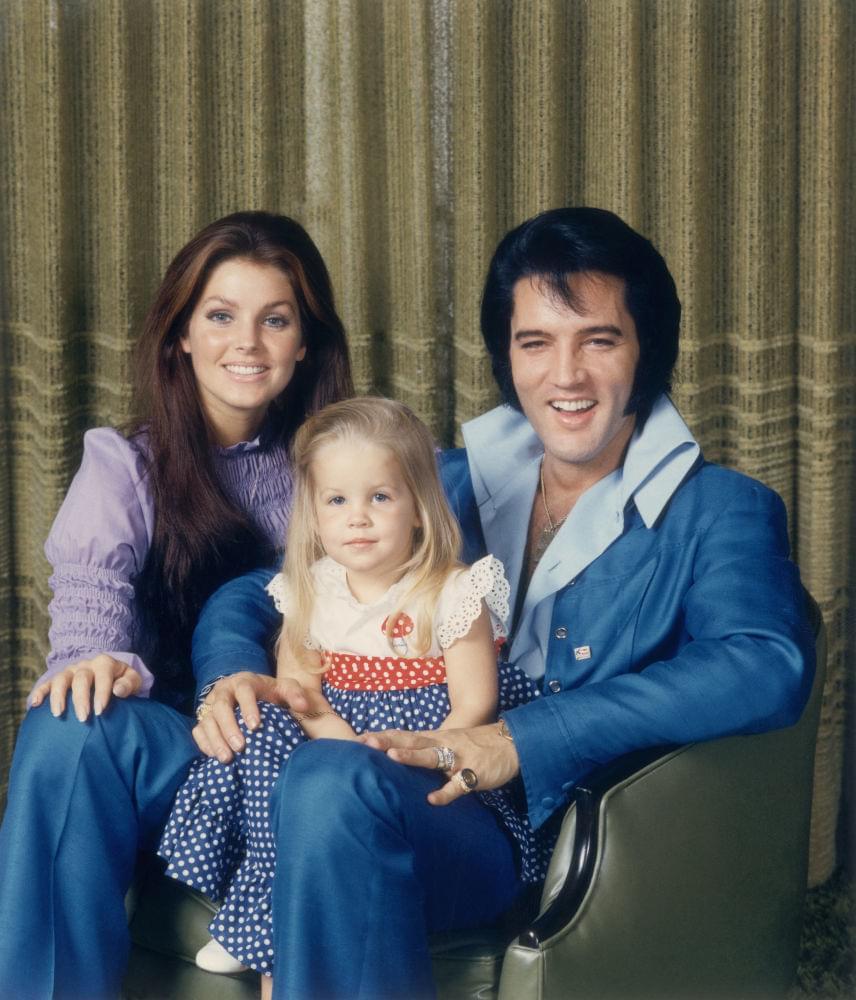 Elvis Presley hatalmas mosolya önmagáért beszél ezen a felvételen, ahogyan Priscilla hangulata is felhőtlennek tűnik. A kis Lisa Marie pedig egész egyszerűen imádnivaló.