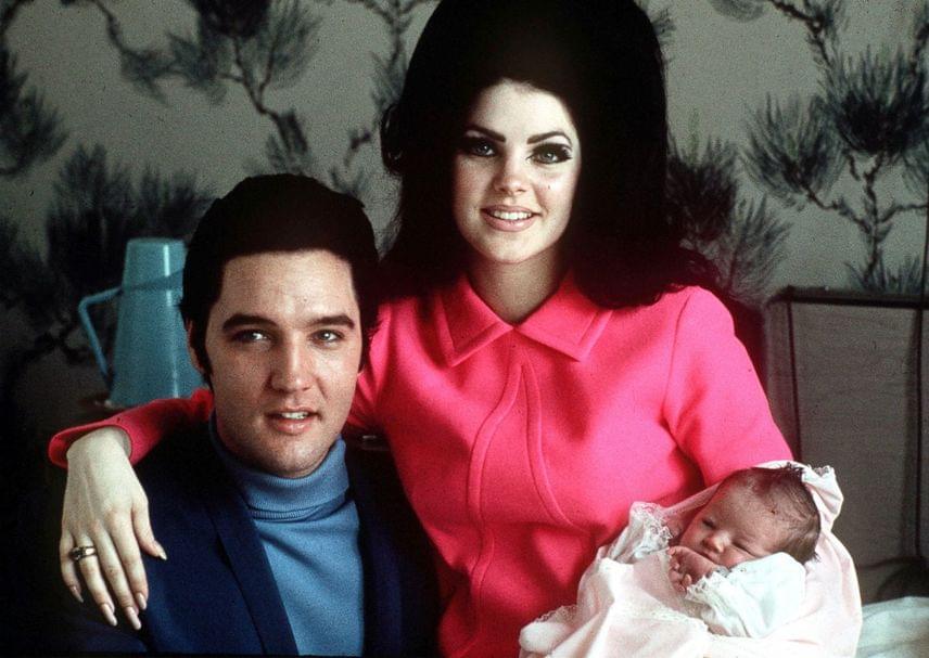 Elvis Presley egyetlen lánya, Lisa Marie 1968. február 1-jén jött a világra. Ezen a nem sokkal később fotón látszik, mennyire büszkék rá a szülei.