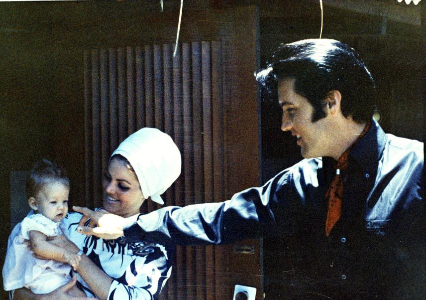 Elvis a megható felvétel tanúsága szerint odáig volt tündéri kislányáért. Lisa Marie-nak felnőttként három albuma is megjelent, de korántsem lett olyan sikeres, mint legendás édesapja.