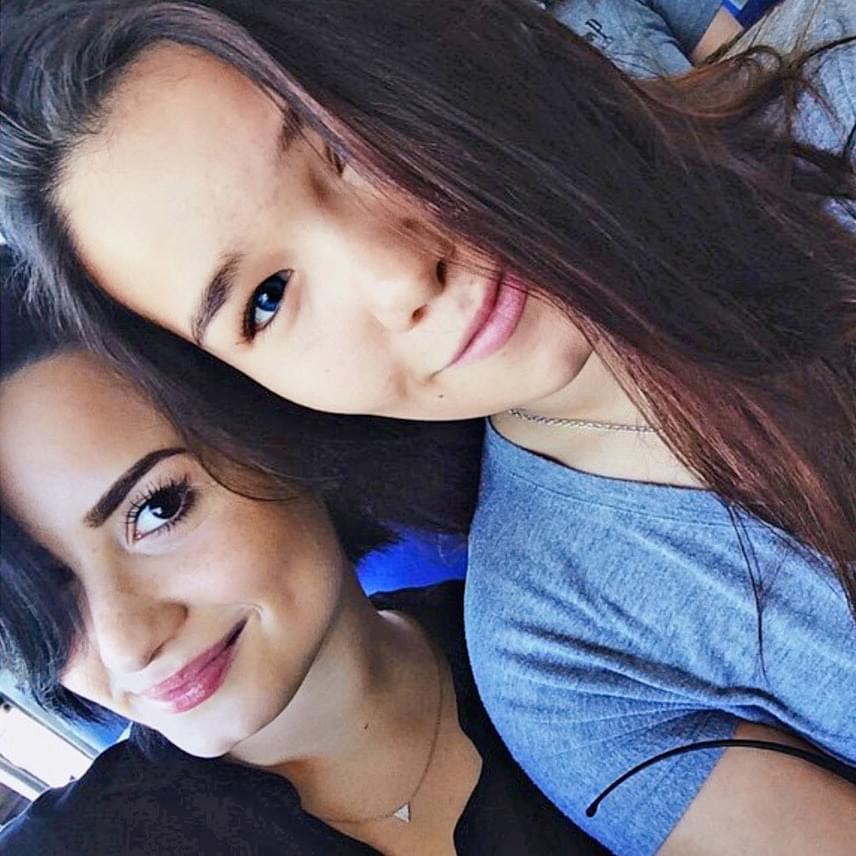Kevesen tudják, de a színésznő testvére az egyik legismertebb egykori Disney-sztár, Demi Lovato, aki azóta világhíres énekesnővé nőtte ki magát.