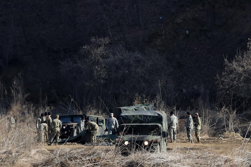 Amerikai katonák a dél-koreai Padzsu városánál tartott amerikai-dél-koreai hadgyakorlaton 2017. március 6-án. Dél-Korea, Japán és az Egyesült Államok is tiltakozott a rakétaindítások ellen.
