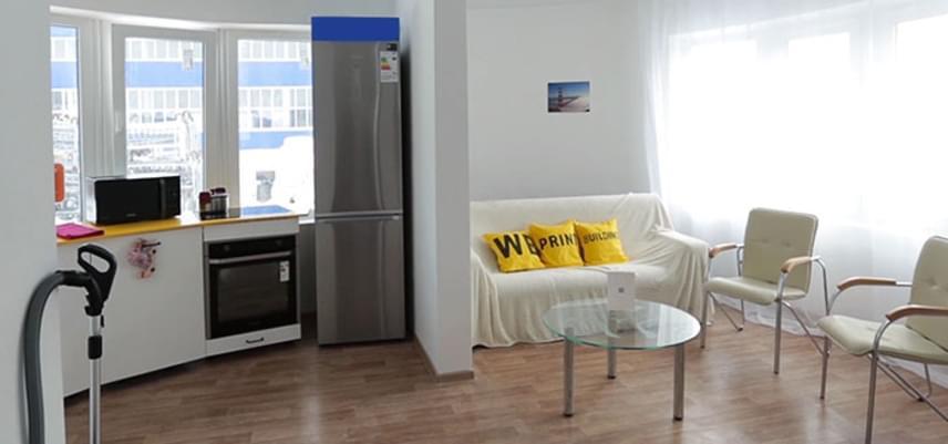 Az apró, mindössze 37 m2-es ház belső kialakítása praktikus, mégis nagyon otthonos és világos. A berendezésben az összecsukható vagy kisebb méretű bútorok és tárgyak dominálnak.