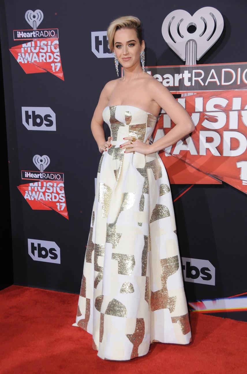 Katy Perry egy arany mintákkal tarkított designerdarabban érkezett a gálára, amit mindenki estélyi ruhának hitt - nézd meg, mi volt valójában a következő képre kattintva!