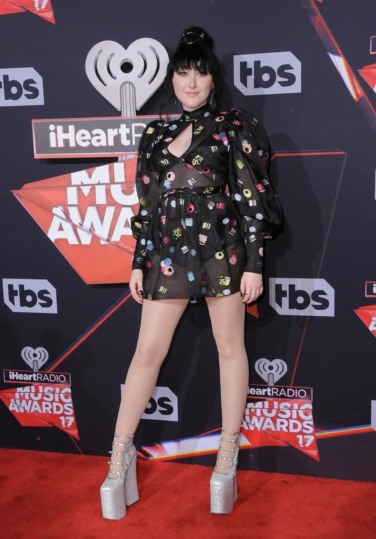 Miley Cyrus húga, Noah Cyrus stílusa is igencsak hasonlít híres nővérééhez - a cipőről szinte ordít, hogy a Wrecking Ball énekesnője választotta ki a testvére számára.