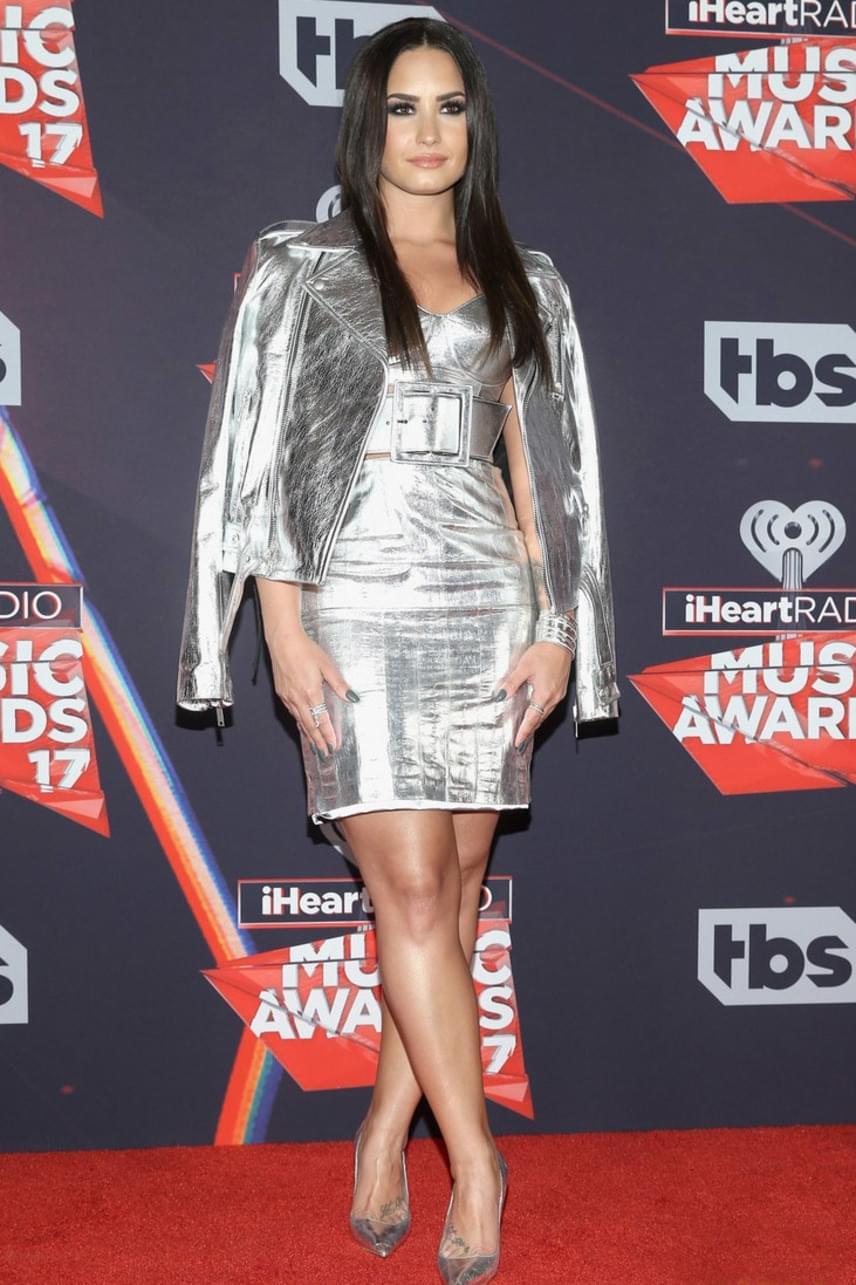 Az Oscar után ezen a gálán is az arany- és ezüstszínű ruhák arattak: Demi Lovato is egy csillogó ruhára szavazott.