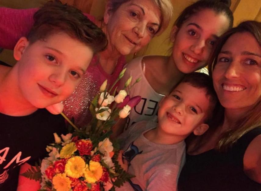 Zsuzsanna-napkor három gyerekével együtt Rubint Réka is felköszöntötte édesanyját.