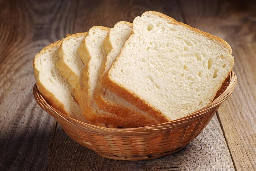Azt ugyan már sokszor hallhattad, hogy a fehér kenyérnek magas kalória- és gyors felszívódású szénhidráttartalma miatt nincs helye a diétában, mégis nehéz számszerűen elképzelni, mennyire növeli a testsúlyt a kenyér. Kutatók kiderítették, hogy mindössze azzal, ha napi két szelet fehér kenyeret eszel, máris 40%-kal nagyobb az esélyed az elhízásra.
