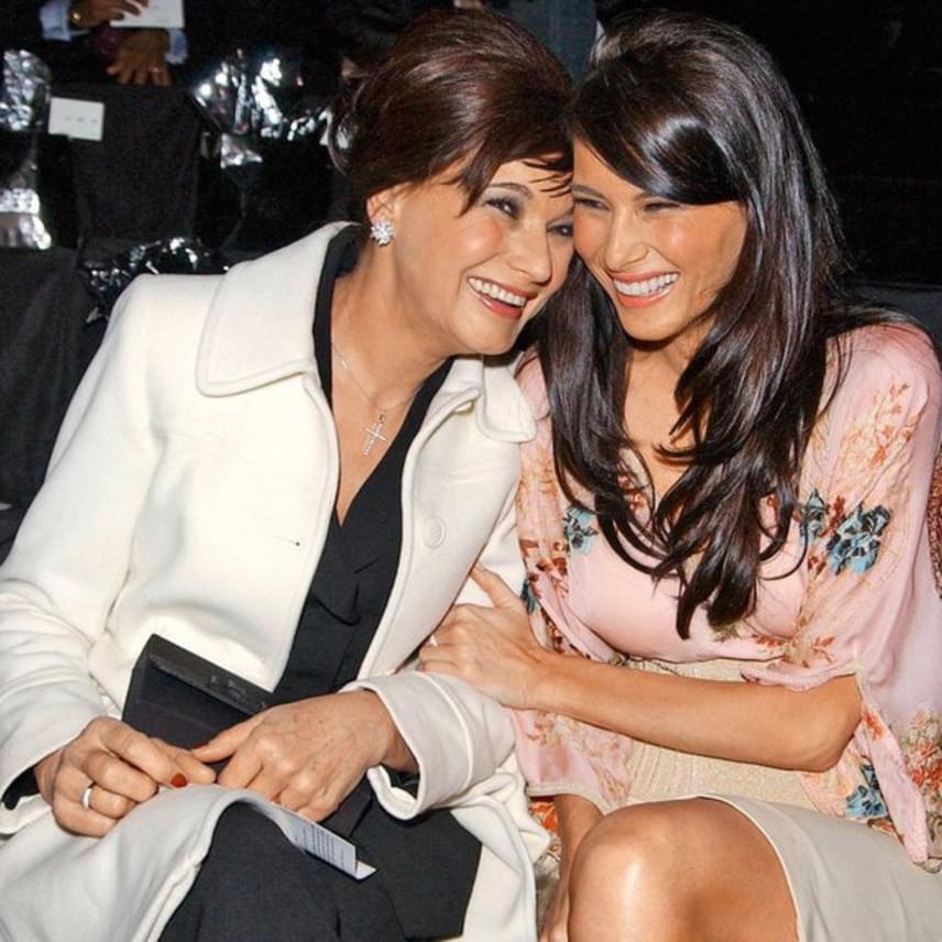 Csak úgy sugárzik róluk a boldogság - hiába, anya és lánya csak ritkán tudnak találkozni, így mindig nagy az öröm, ha együtt lehetnek. Érdemes azért arról is szót ejteni, hogy mindketten milyen gyönyörűek a képen.