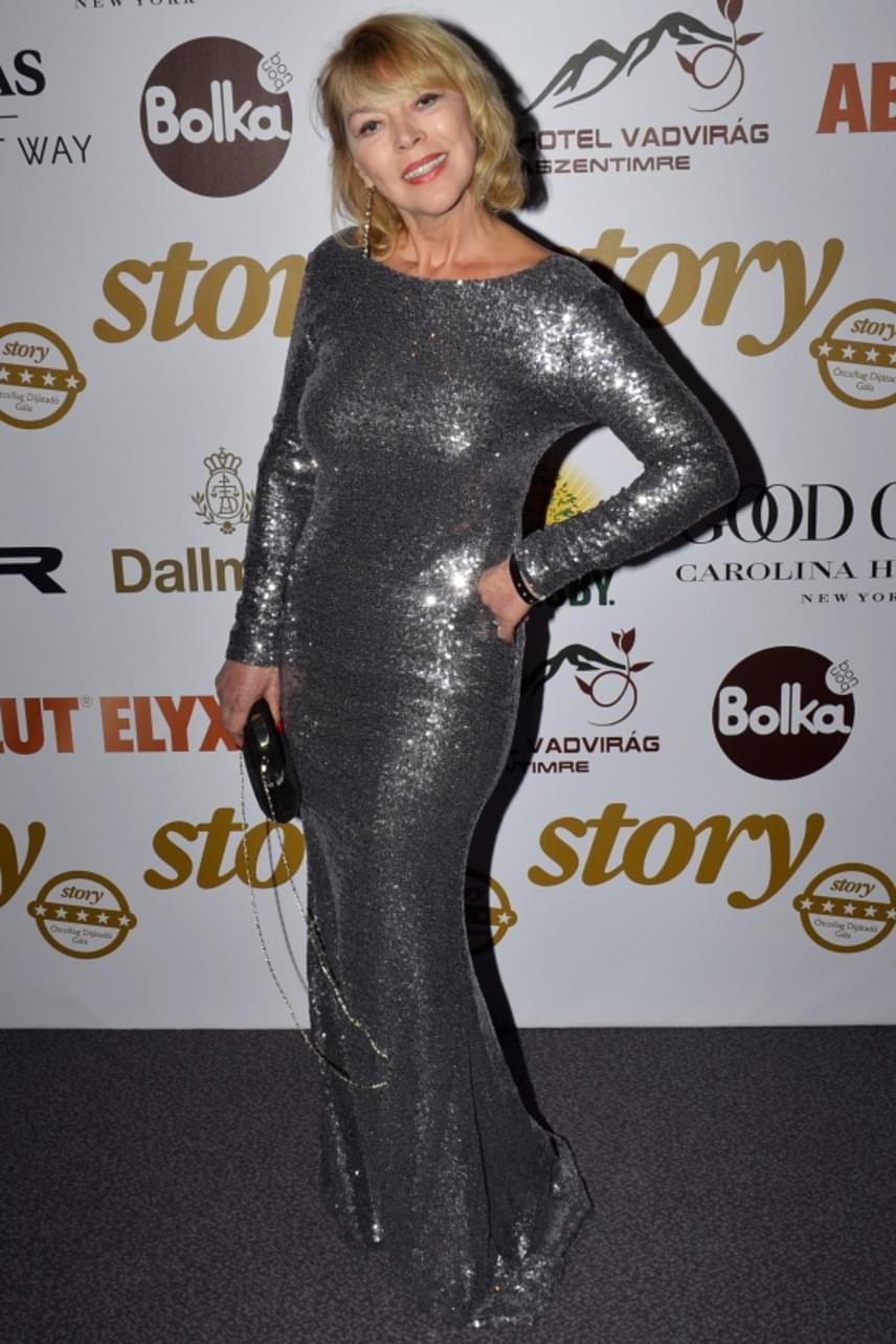 Nyertes Zsuzsa az idei Story-gálán is hódított ebben a testhezálló, ezüst ruhában, amiben nagyon dögösen festett.