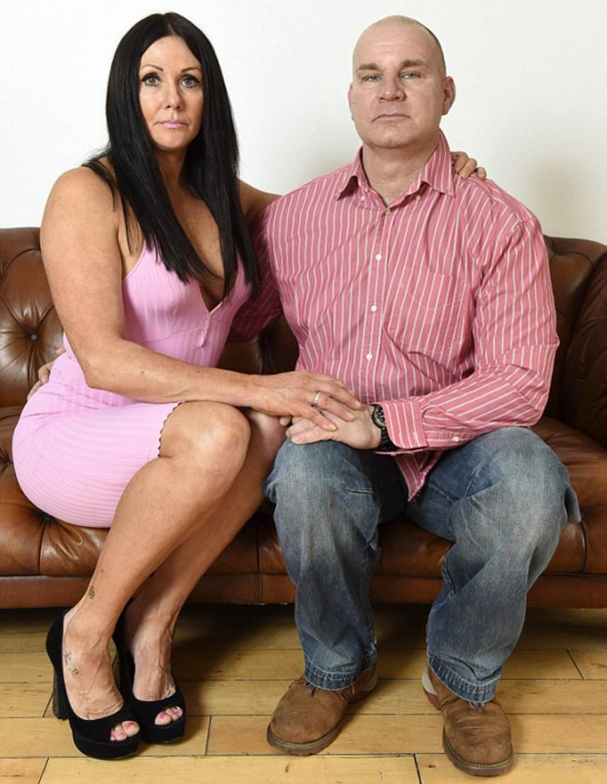 Janey nem hibáztatja a férjét a helyzet miatt, de elárulta, hogy ha visszamehetne az időben, soha nem feküdne kés alá: inkább megtanulná elfogadni magát kicsi, de egészséges és fájdalommentes mellekkel.
