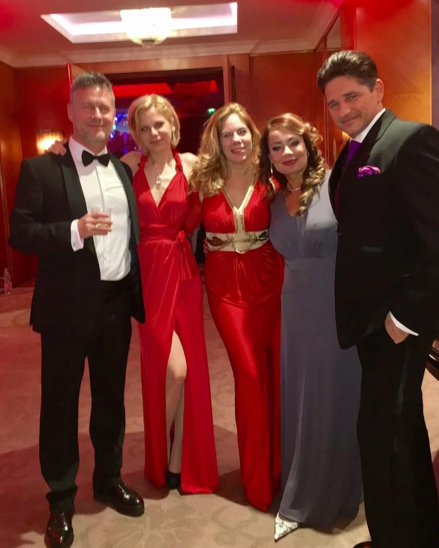 Csisztu Zsuzsa ebben a gyönyörű szürke estélyiben ment ünnepelni februárban férjével, Ketskés Norberttel és közös barátaikkal.