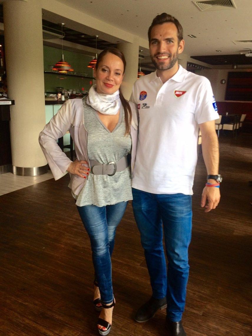 Ha lazább stílusban öltözködik, Csisztu Zsuzsa akkor is nagyon dögös tud lenni. Itt például Szilágyi Áron olimpiai és világbajnok kardvívó oldalán látható.