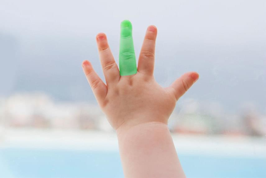Ha középső ujja hosszabbnak látszik arányában, mint a többi ujja hosszából következne, akkor a karrierben, az üzleti világban fog elérni sikereket a gyerek felnőttként.                         A tenyérrel azonos hosszúságú középső ujj azt jósolja, a gyerek felnőttként szellemileg igen aktív, mozgalmas életet él majd. A tenyérnél rövidebb középső ujj azt jósolja, hogy a jövőben lehet majd egy nagyobb tévedése vagy mulasztása, mert nem figyel eléggé a részletekre.