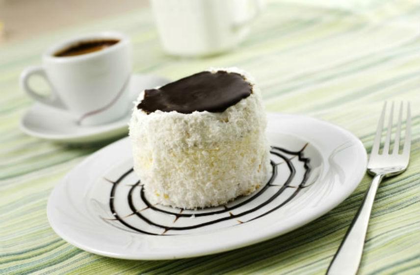 Hólabda                         Nem csak a tél sztárja ez a pillekönnyű, csodás süti. A kozák sapkaként is emlegetett édességet már nagyanyáink is szívesen készítették. A főzött krémmel töltött és bevont édességet a tetejére kerülő csoki teszi még csábítóbbá. Ne hagyd ki ezt a receptet!