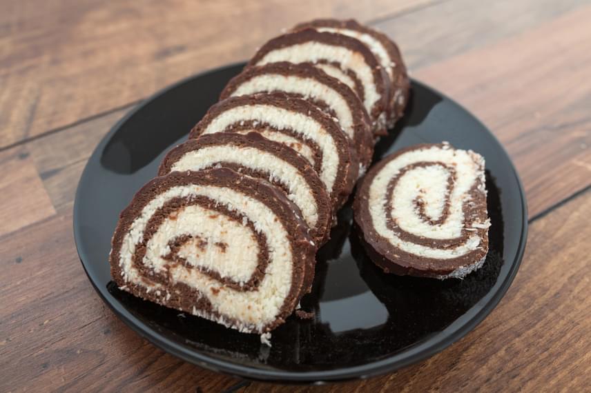 Keksztekercs                         A zsúrok, családi összejövetelek nagy sztárja kókuszkrémmel töltve a legfinomabb. Az alapja darált keksz, melyet mindenféle földi jóval ízesíthetsz. A retró édességet pofonegyszerűen összedobhatod. Csak arra vigyázz, hogy feltekeréskor ne törjön meg. Ha eddig nem volt tökéletes recepted hozzá, most mutatunk egyet.