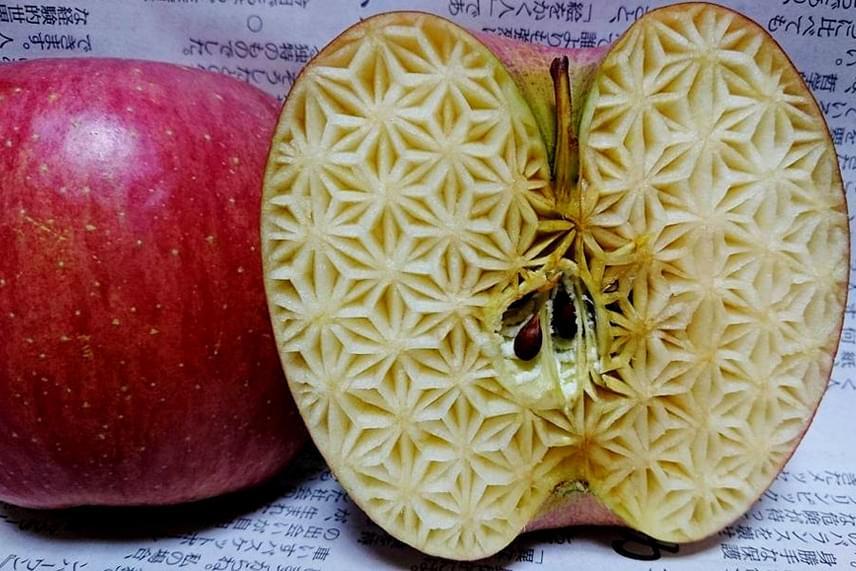 Ilyen és ehhez hasonló faragásokat készít Gaku. Sokan rajonganak a művészetéért, ám másokból ellenérzéseket vált ki a dolog,