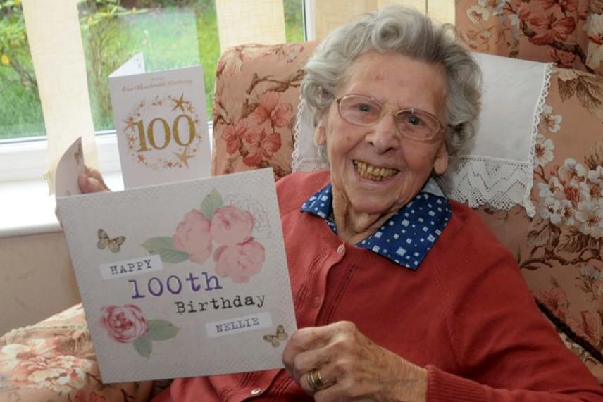 A demenciával küzdő Nellie szomszédja elmondta a Mirrornak, hogy nagyjából 30-40 idegen tűnt fel üdvözlőlapokkal és ajándékokkal a hölgy századik születésnapján a házában. Az emberek kedvesen köszöntötték, és sokan beszélgetni is maradtak, így Nellie kifejezetten vidáman zárta a nagy napot.