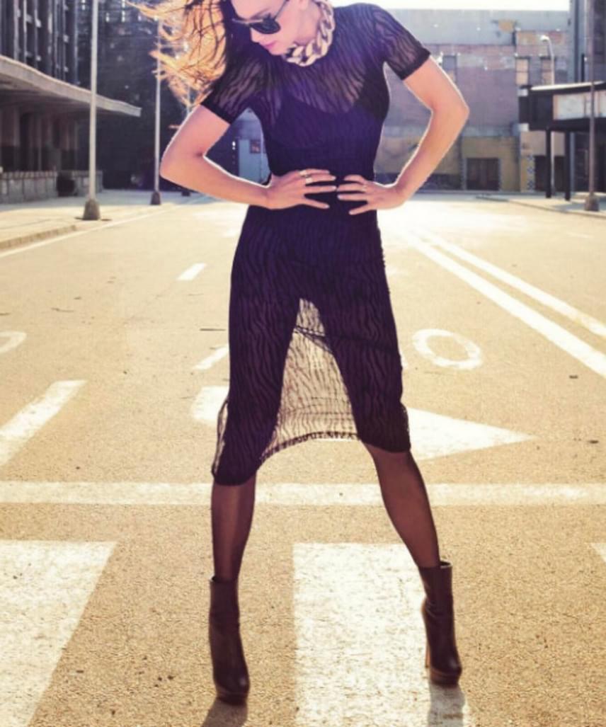 Vajna Tímea legfrissebb fotója az Instagram-oldaláról - ez az átlátszó ruha a napfényben nem sokat bíz a fantáziára.