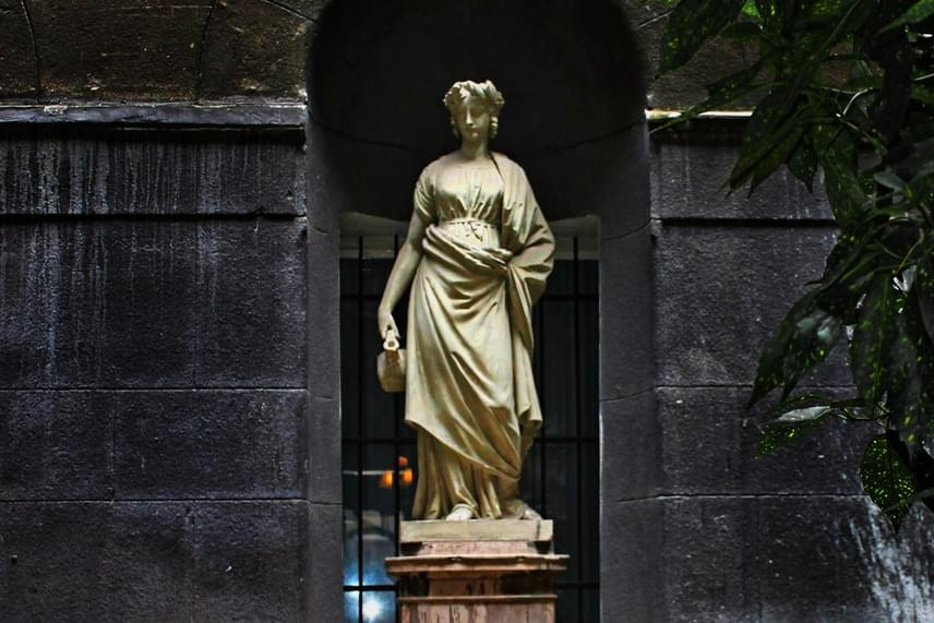 A Korsós nő ismerős lehet az Abigél című filmből, ám csak kevesen tudják, hogy a szobrot a forgatáshoz egy V. kerületi ház belső udvarából kölcsönözték, ahova később visszakerült. A film rajongóinak azonban nem kerülte el a figyelmét a szobor, így sokan a történetnek megfelelően kívánságleveleiket a korsóba dugdossák, noha Szabó Magda elismerte, hogy a legenda saját találmánya volt.