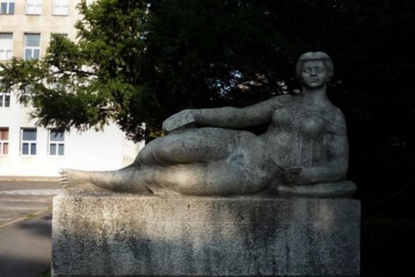 Kucs Béla Fekvő nő című alkotása a miskolci egyetemisták gúnyolódásának állandó céltáblája volt. Például nemcsak pajzán dalok és versek szóltak a szoborról, de sminket és ruhákat is kapott. A Kőkatának vagy Kőböskének becézett szoborhoz vizsgaidőszakban jártak ki sokat a diákok, ugyanis azt tartották, szerencsét hozni megfogni a bal mellét.