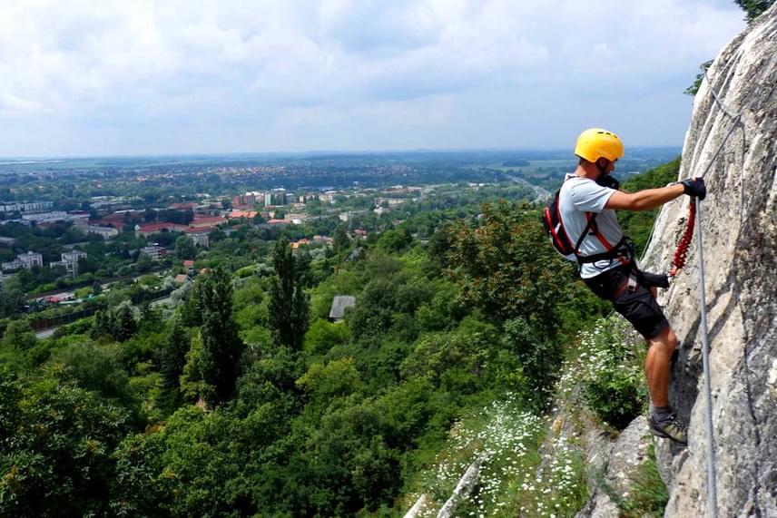 A tatabányai Via Ferrata közvetlenül a Turul-szobor alatt halad el a meredek sziklafalon. Ha szeretnél többet megtudni a magyarországi vasalt utakról és az oda szervezett túrákról, látogass el a hivatalos oldalukra.