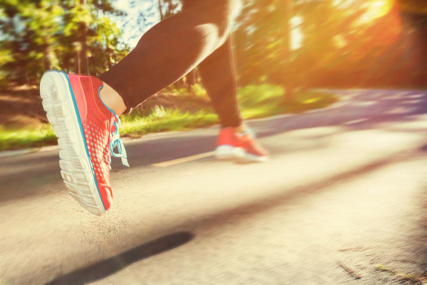Tavasszal már reggel vagy délután is nagyon kellemes futni, kocogni egy keveset, ám már a sétálással is sokat tehetsz a fogyásért. Ilyenkor ráadásul számos öt, tíz kilométeres vagy hosszabb futóversenyt és maratonokat is szerveznek, melyeken a nevezés jó motiváció lehet az edzés számára. Tíz perc közepes tempójú futás során 156 kalória ég el, míg ugyanennyi gyorsabb sétával 79 kalóriát dolgozol le.