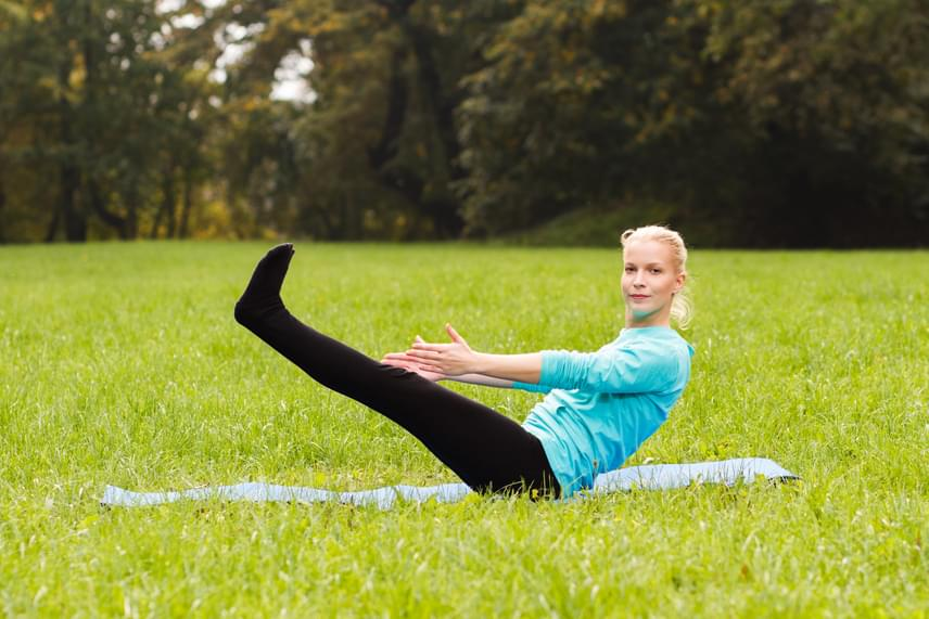Jógázni nem csak a szobában lehet. A polifoam matracot akár a kertbe vagy a parkba is kiköltöztetheted. Az ízületek rugalmasságát és a mélyizmok erejét növelő, intenzíven karcsúsító mozgásforma mindössze tíz perc alatt már 50 kalóriát éget el.