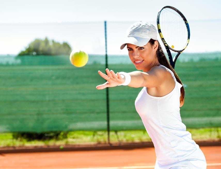 A tenisz egy nagyon intenzív sport, hiszen nem folyamatosan, monoton módon terheled a szervezetedet, hanem gyors mozgást és rövid pihenőket kombinálsz, éppen ezért remek választás a zsírégetéshez. Tíz perc tenisz 88 kalóriát éget el, így egy egyórás edzés alatt már az egész ebédet ledolgozhatod!