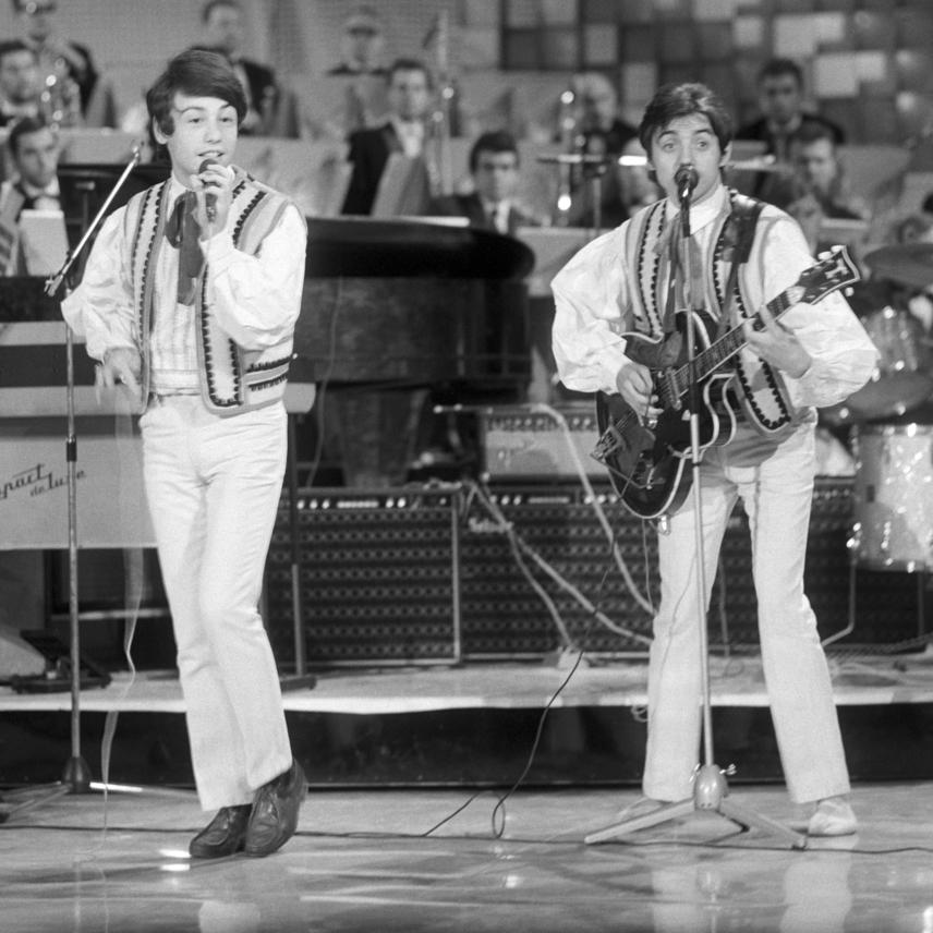 A 21 éves Fenyő Miklós és zenésztársa, Csomós Péter a Táncdalfesztiválon így táncoltatta meg a közönséget 1968-ban.