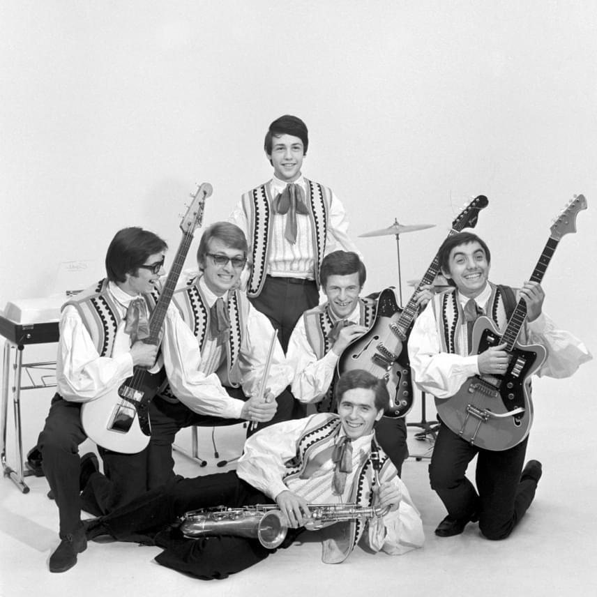 A Hungária együttes 1968 júliusában így pózolt. Fenyő Miklós büszkén tartja kezében a Hungária feliratú táblát, balról jobbra: Matlaszkovszky Miklós, Tóth József, Klein László, Láng Péter és Csomós Péter.