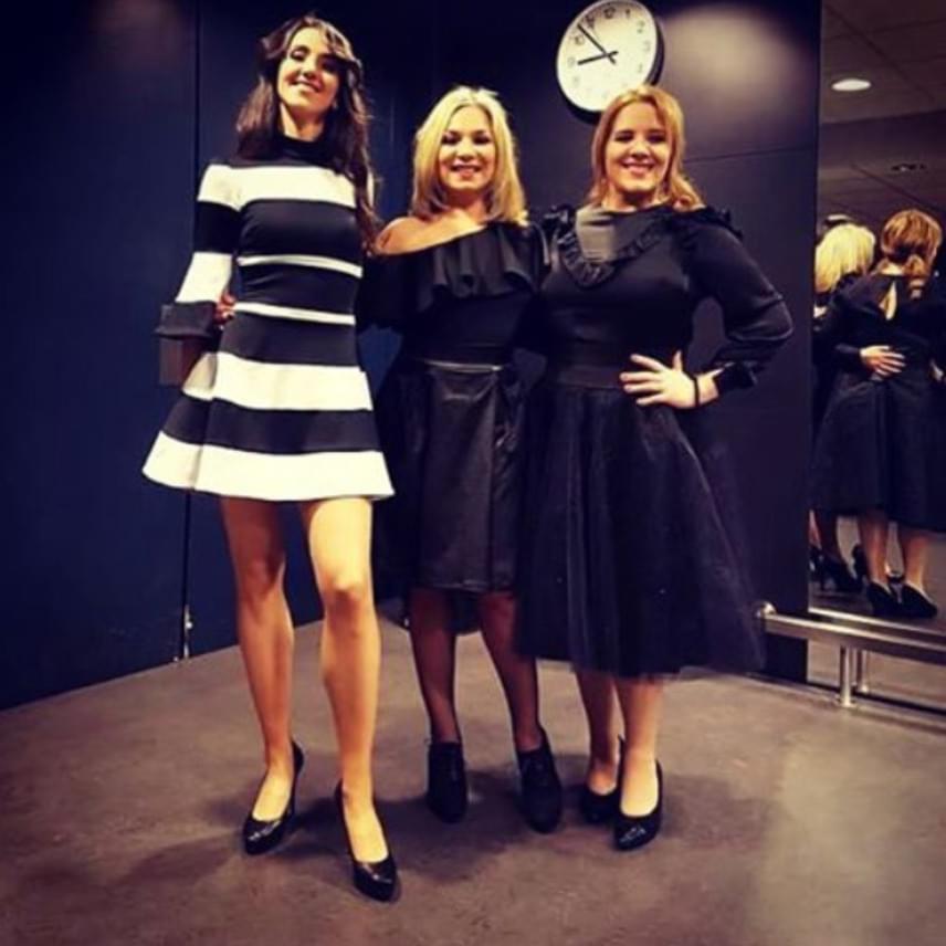 Szűcs Gabival és Váczi Eszterrel Tóth Gabi a Művészetek Palotájában ezúttal a klasszikusan nőies ruhák mellett tették le a voksukat.