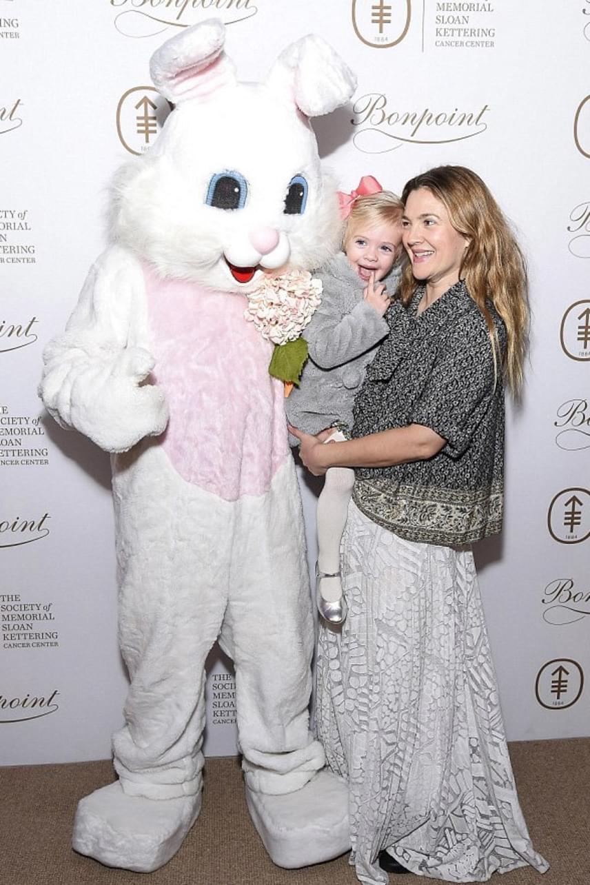 A The Bunny Hop alapítvány által rendezett eseményen befolyt összeget gyermekkórházak között osztják szét, így nem csak Olive-nak szereztek örömöt a nyuszinak öltözött önkéntesek.