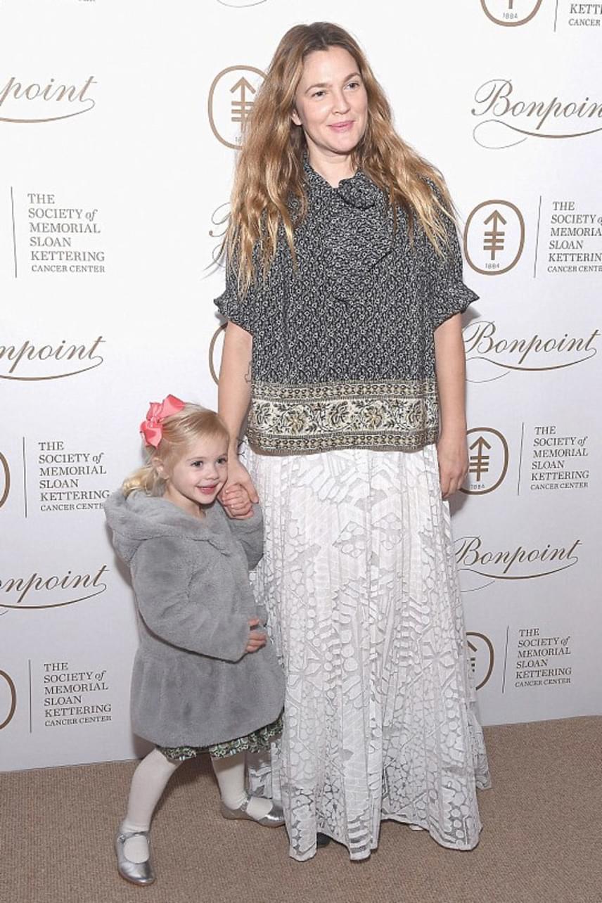 Drew Barrymore kisebbik lánya, Frankie még nem lehetett jelen az eseményen, ugyanis még csak kétéves. Rá az este az apukája vigyázott.