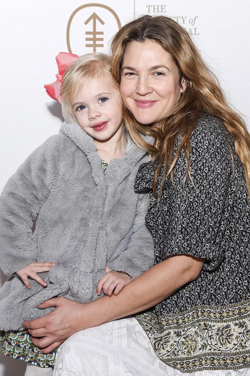 Tündéri fotó az anya-lánya párosról: Drew Barrymore egész este puszikkal és ölelésekkel halmozta el gyönyörű csemetéjét.