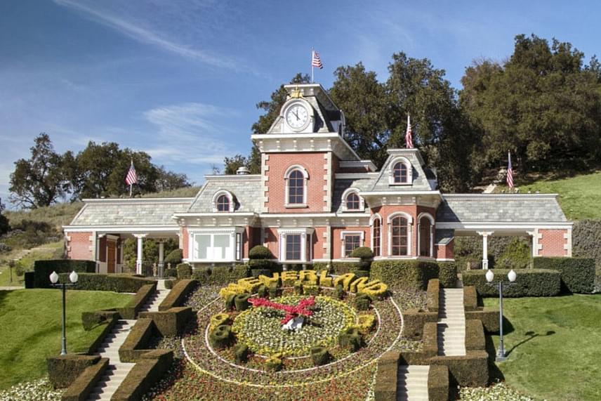 Mintha Disneyland főbejáratát látnánk - hiába, Michael Jackson nagy szerelmese volt Walt Disney mesevilágának: Pán Péterhez hasonlította önmagát, a kisfiúhoz, aki nem akart felnőni.