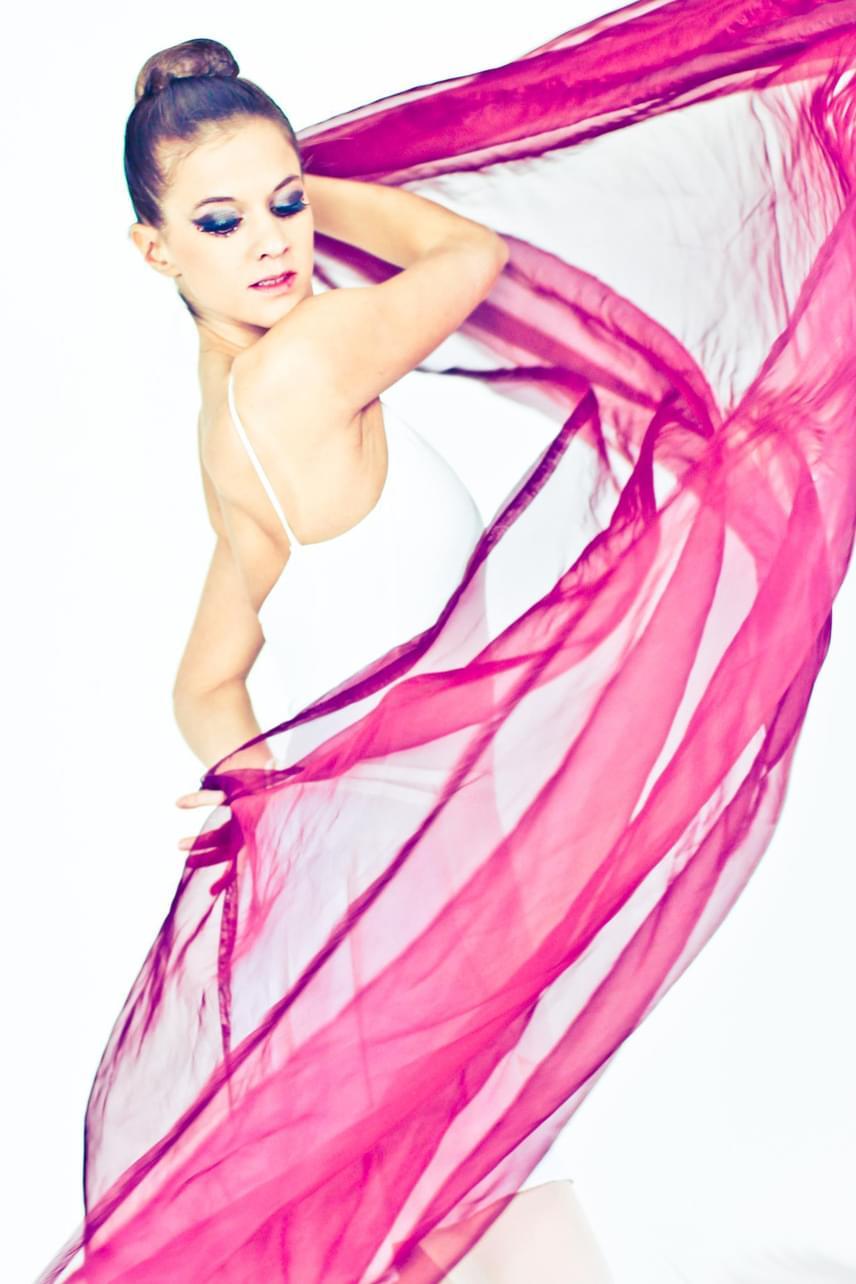 Csilla nemcsak tehetséges, de gyönyörű is. Olyan népszerű balettelőadásokban lépett színpadra, mint a Diótörő vagy a Carmen.