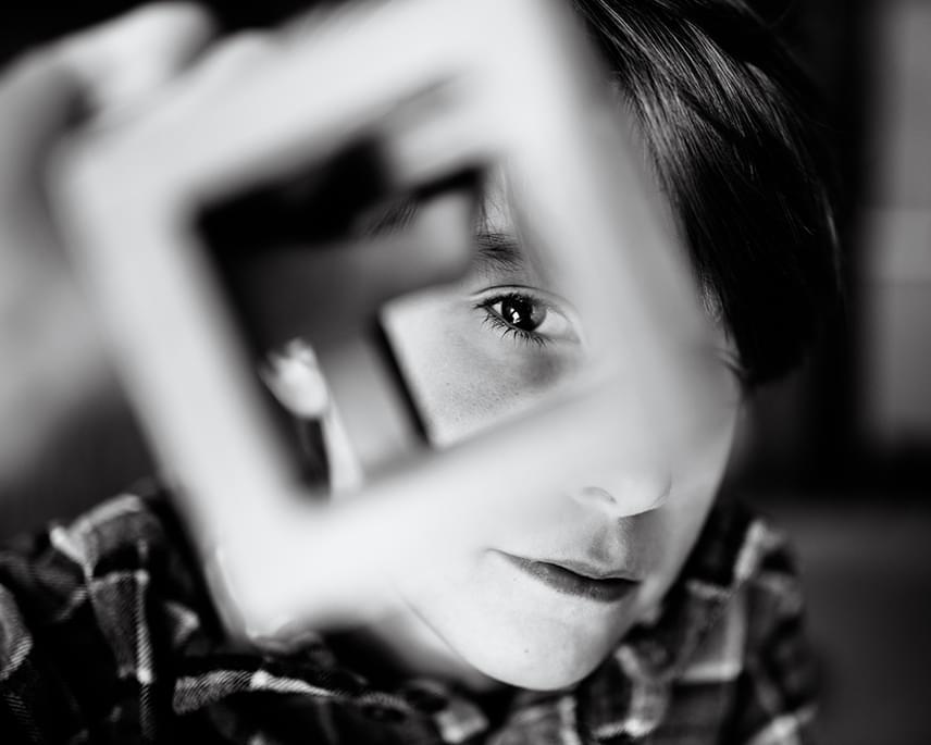 Ez a tökéletesen megkomponált felvétel szívszorítóan érzékelteti, hogy kisfia mennyire másként tekint a dolgokra.