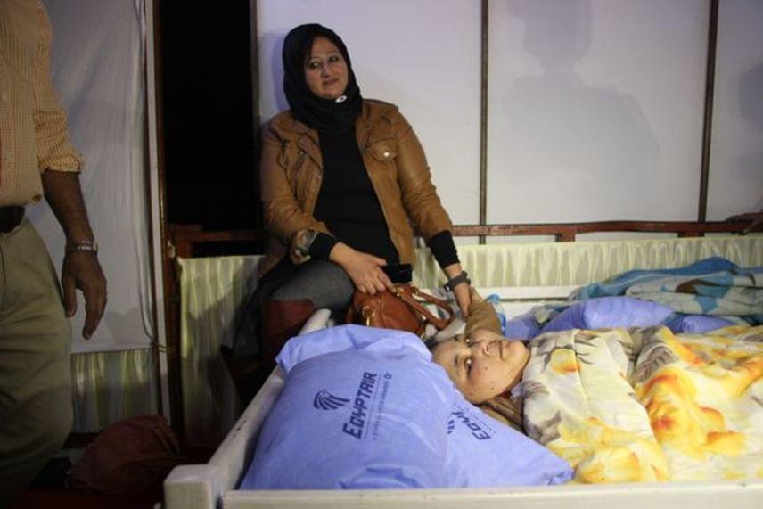 Az ágyából egy daruval emelték ki, majd egy speciális repülőgéppel szállították Indiába, ahol orvos specialisták műtötték meg.