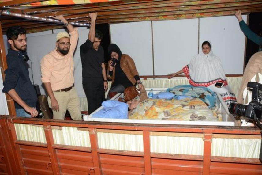 A mumbai Saifee Hospital nevű kórházban operálták meg, a beavatkozás során pedig kicsivel több mint száz kilótól szabadították meg.