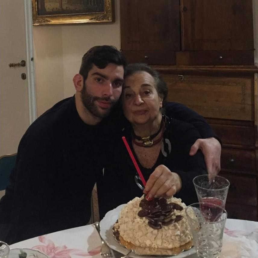 """""""Minden jót kívánok neked, drága nagyikám"""" - írta a fotó alá a kis Carlo, aki próbált örömet szerezni egy kis finomsággal megtört nagymamájának."""