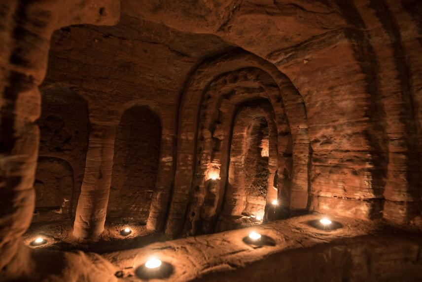 Eredetileg a keresztes lovagok titkos gyülekezőhelye volt ez a meseszép barlangrendszer, akik már hétszáz évvel ezelőtt birtokba vették ezt a helyet.
