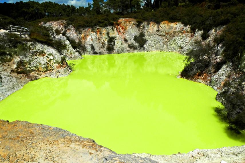 Új-Zélandon a Tikitere az egyik legaktívabb geotermikus terület, ahol forrongó sármedencéket, gőzölgő tavakat és iszapvulkánokat is láthatnak a turisták. A tavak közül az egyik leglátványosabb a kénes vizű, erősen savas, gyakran száz fok környékére melegedő Devil's Bath, melynek neve annyit jelent, az Ördög fürdője.