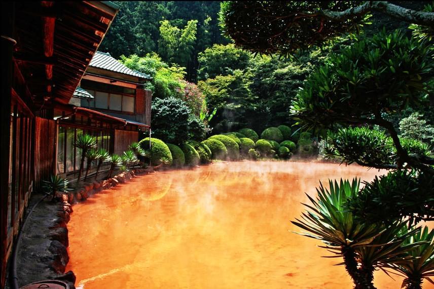 A Beppu poklainak nevezett, több tóból álló csodát látva mintha csak egy bibliai csapás elevenedne meg előtted. A Japánban található tavakat ásványi sók színezik vörösre, barnára vagy éppen narancssárgára, ám élőlények aligha képesek fennmaradni a gyakran pezsegve forró vizekben.